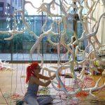 Künstlerin in Aktion: Installation in der Orangerie im Schlosspark